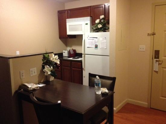 Homewood Suites by Hilton Boston/Andover: kitchen and table area