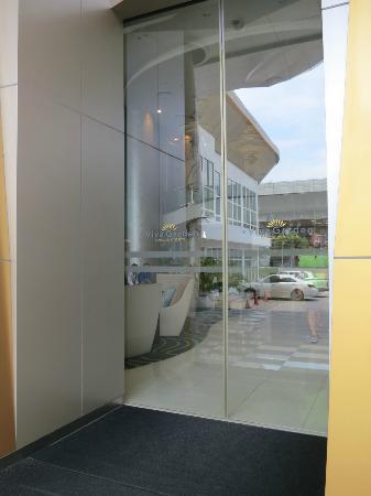 Viva Garden Serviced Residence: Front Entrance of Hotel
