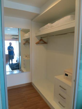 Viva Garden Serviced Residence: Walk-in closet of our One Bedroom Suite