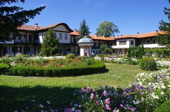 Gabrovo, Bulgaria: Yard and water fountain, Sokolski Monastery