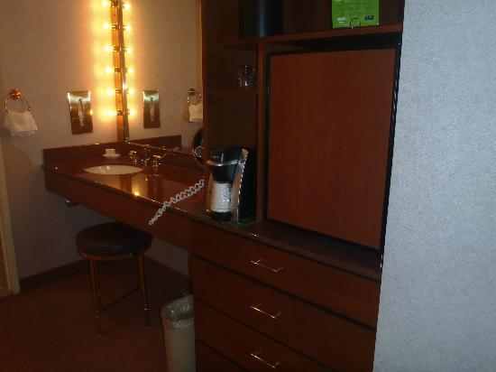 Rio All-Suite Hotel & Casino: Fridge and 2nd sink and mirror outside bathroom