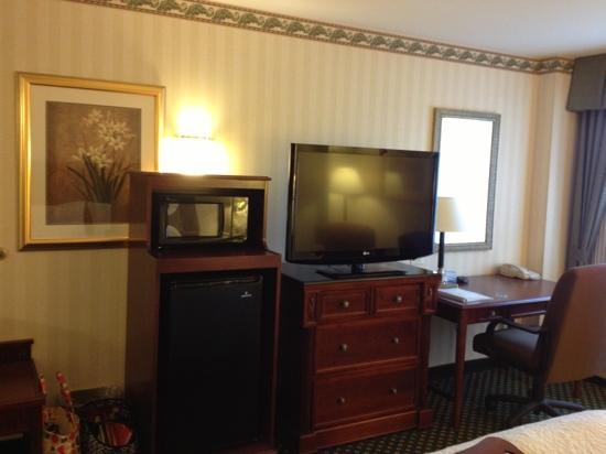 Hampton Inn Littleton: fridge, microwave, large tv