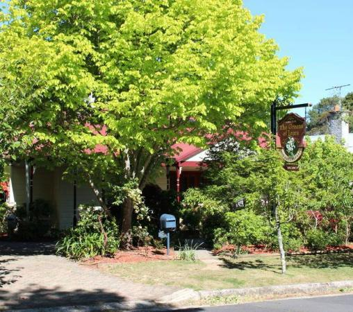 Greens of Leura Bed and Breakfast: Front of property from Grose Street