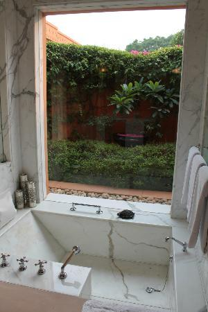 The Oberoi Rajvilas: The bath tub!