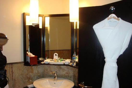 فندق رامادا الدوحة: Badezimmer mit Badewanne und separater Dusche 