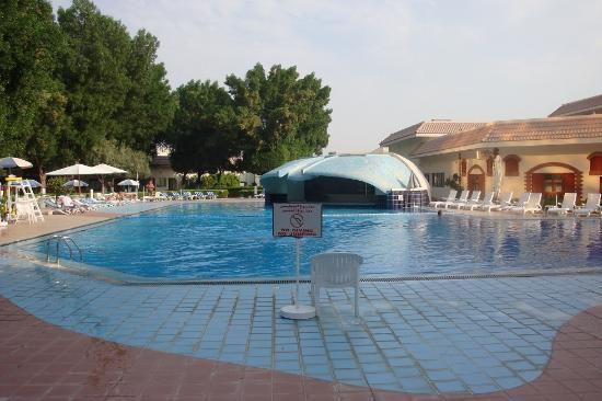 Radisson Blu Hotel, Doha: Schwimmbad ideal zum richtig schwimmen, Bar für relaxen