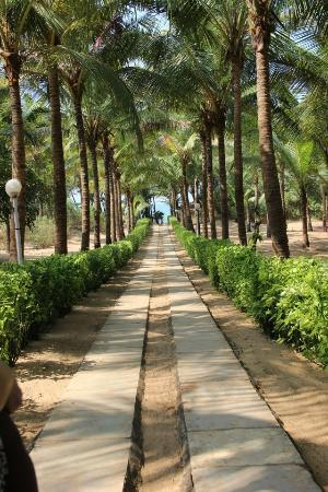 Vila Goesa Beach Resort: pathway to the private beach