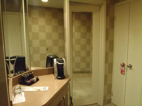 White Oaks Conference Resort & Spa: Just outside BATHroom with coffee maker
