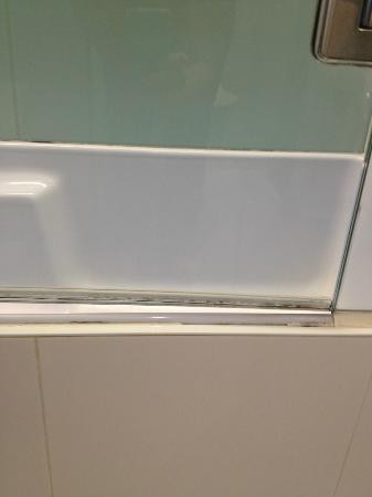 RACV Royal Pines Resort: mould outside shower