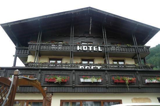 Landhotel Post Heiligenblut : Hotel and terrace