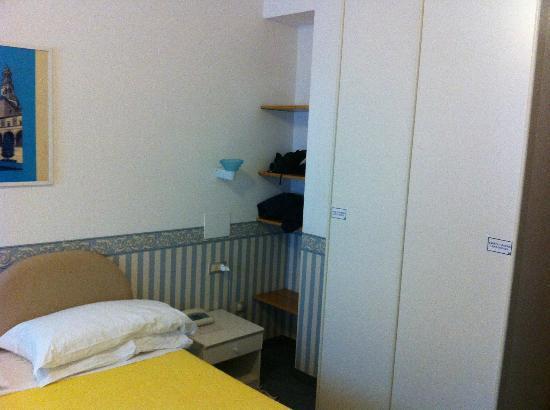 Hotel delle Terme: Armadio camera