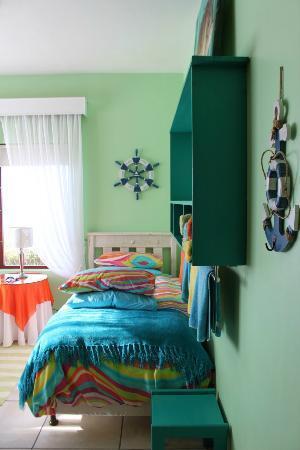 Dana Bay B&B Guest House: chambre enfants couleurs vives