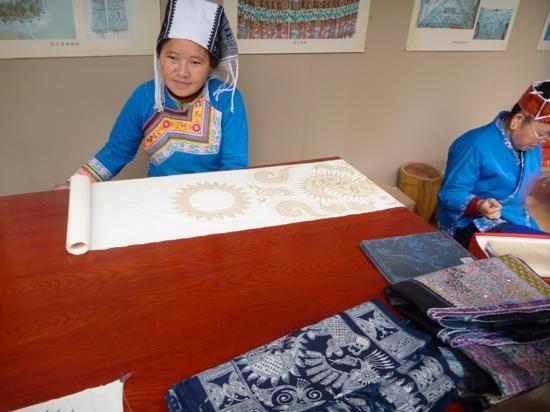 Guizhou Provincial Museum : ladies making traditional batik