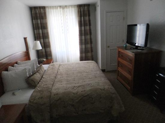Staybridge Suites Philadelphia - Mt Laurel: Master bedroom with king-size bed and flat-tv