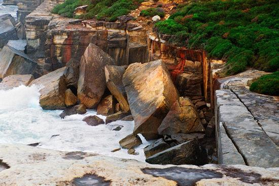 Sydney Coast Walks - Day Walks: The rocks show their colours on a rainy day