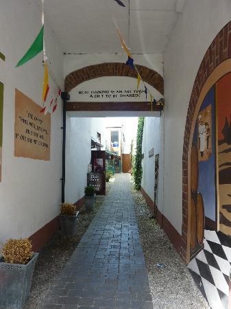 Brazils Restaurant: Welcoming lane that takes you to Flanagan's
