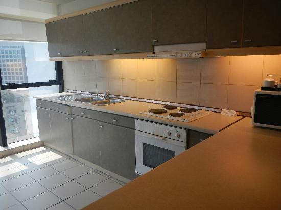 Pacific Regency Hotel Suites: Executive Suite Kitchen.