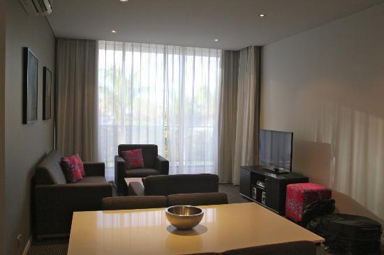 Meriton Serviced Apartments Aqua Street, Southport: Lounge area - 1 bedroom apartment
