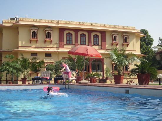 Devi Niketan Heritage Hotel: Fun in the pool.