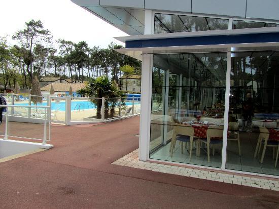Ronce-les-Bains, فرنسا: vue piscine et restaurant 