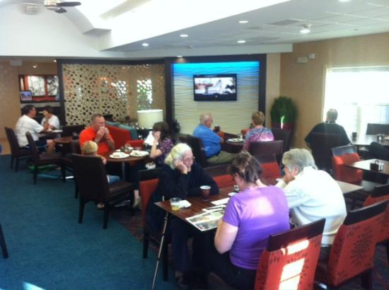 Residence Inn Williamsburg: Here's the breakfast area. Food was OK, but finding a table was tricky.