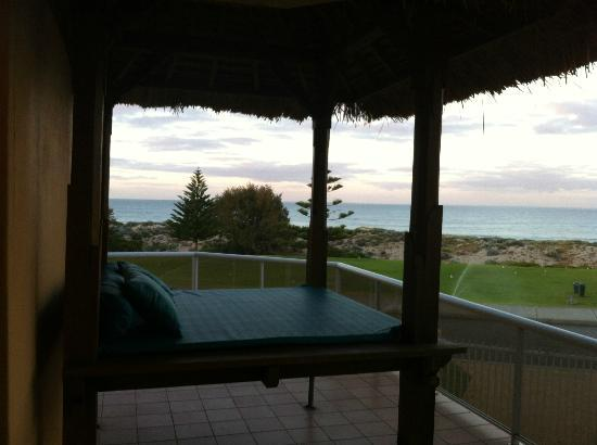 Beach Manor Bed and Breakfast Perth: A view out to Scarborough Beach from one of the lower balconies