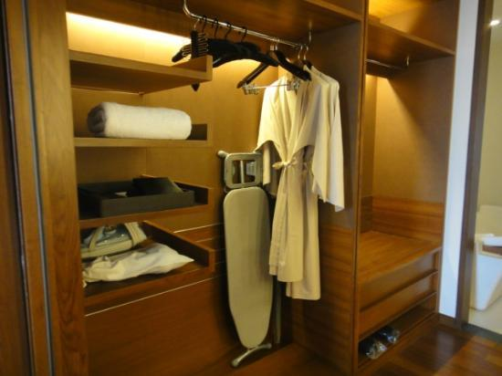 Hansar Bangkok: wardrobe