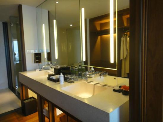 Hansar Bangkok Hotel: basin