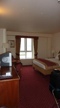 Galway Bay Hotel: Room - old fashioned TV