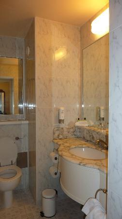 Galway Bay Hotel: Bathroom - average size