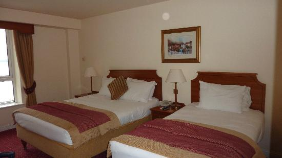 Galway Bay Hotel: 2 beds in our room