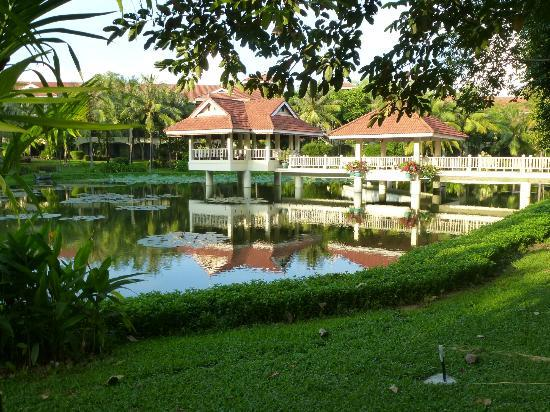 Sofitel Angkor Phokeethra Golf and Spa Resort: beautiful gardens and grounds