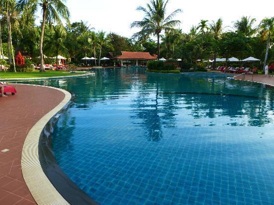 Sofitel Angkor Phokeethra Golf and Spa Resort: spacious and inviting pool. Pool bar is at the end.