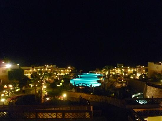 Concorde El Salam Hotel: Infinitypool at night