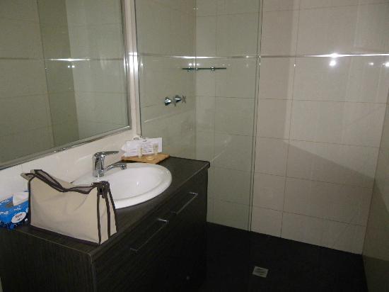 Quality Hotel Darwin Airport: Modern bathroom