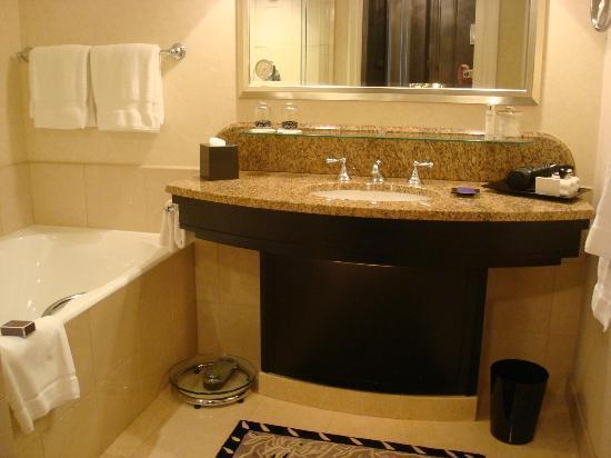 Four Seasons Hotel Prague: Bathroom