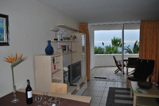 Residencial Rolando: Sicht von Küche aus auf Stube und Balkon
