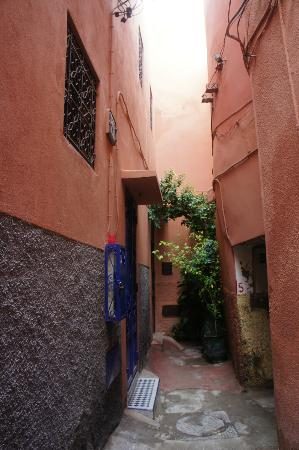 ‪‪Riad Le Coq Berbere‬: Alley - Entrance‬