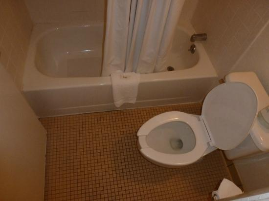 Masters Inn Doraville: Bathroom