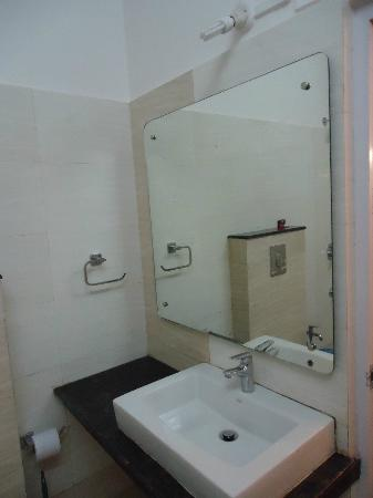 Cherrapunjee Holiday Resort: bathroom