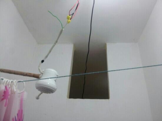 Abadiania, GO : o banheiro nao tem janela nem ventilacao, o chuveiro um perigo e essa cortina mal pendurada