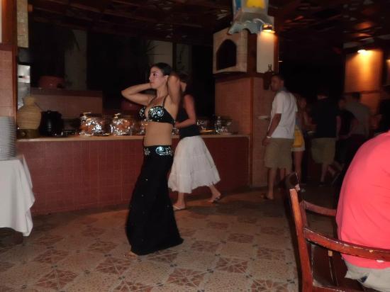 Hilton Sharks Bay Resort : belly dancer