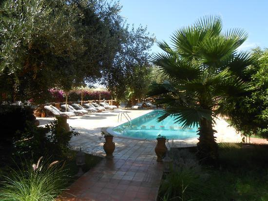 Emy les Une Nuits: un moment de détente au bord de la piscine