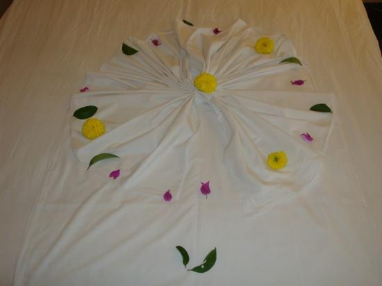 Hotel Riu Kaya Belek: Flowers and Petals displayed on our bed by housemaid