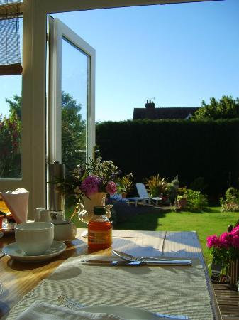 Arden House Bed & Breakfast Bexhill: View from the conservatory at breakfast