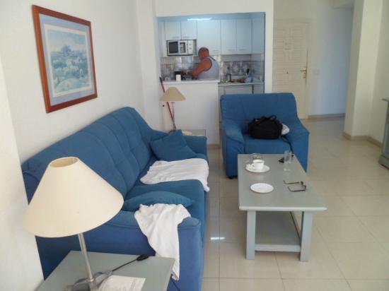 El Velero Apartments: dining/kitchen