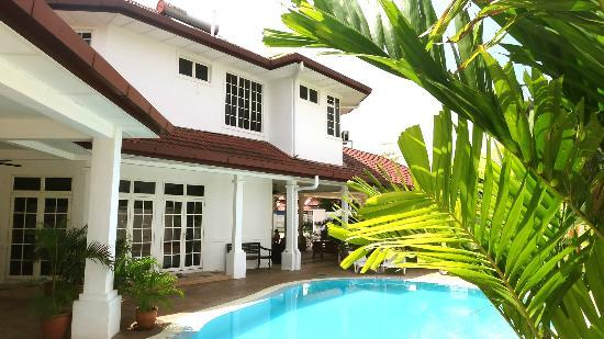 Rumah Putih Bed and Breakfast: Pool & House