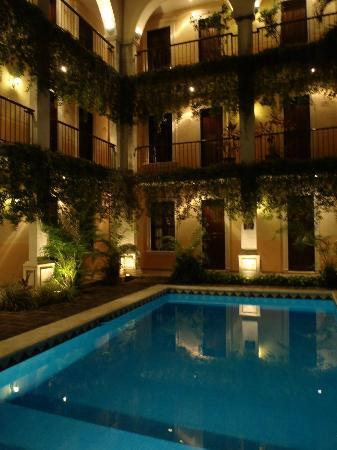La Mision de Fray Diego: Pool and rooms at night