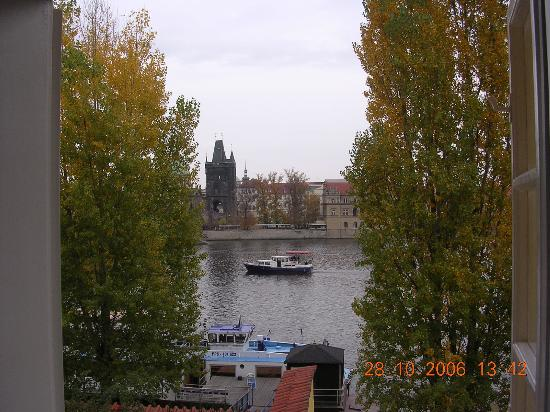 Archibald At the Charles Bridge: vista desde la habitación