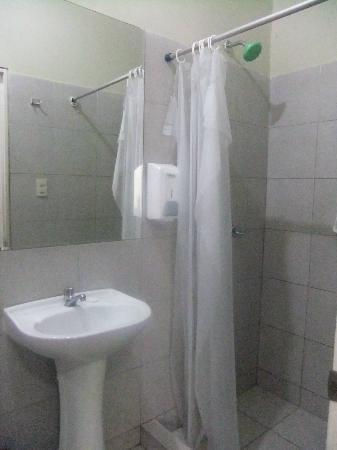 K'usillu's Hostel Backpackers: Our private bathroom - clean and nice hot shower!